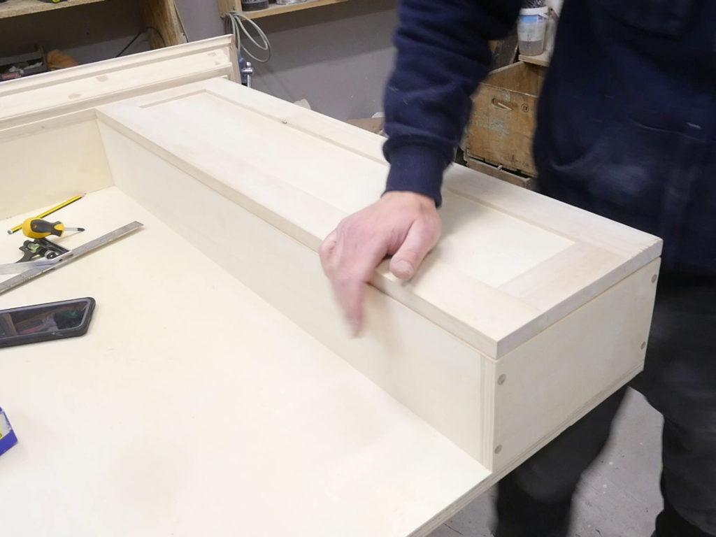 Anta in legno del mobiletto