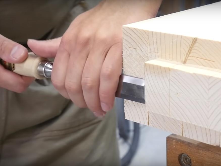 Rifinitura del tenone con lo scalpello
