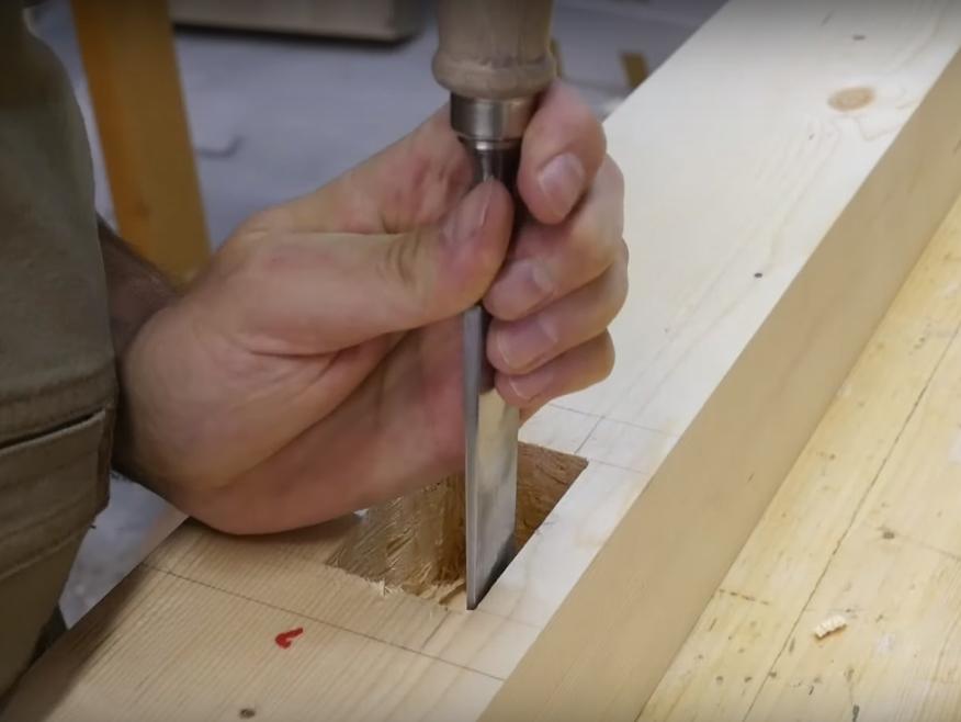 Rifinitura della mortasa con lo scalpello